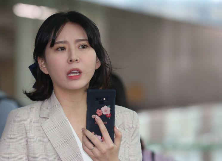 고 장자연 사건 주요 증언자인 배우 윤지오 씨가 지난달 24일 오후 캐나다로 출국하기 위해 인천공항으로 들어서고 있다. / 사진=연합뉴스