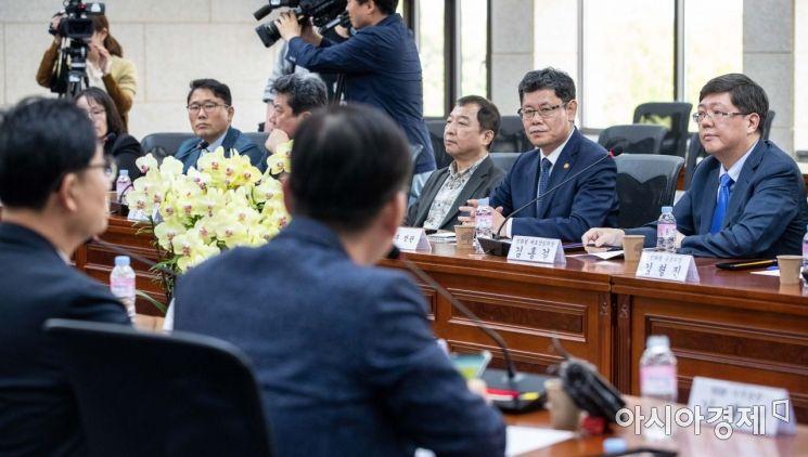[포토]의견 청취하는 김연철 통일부 장관