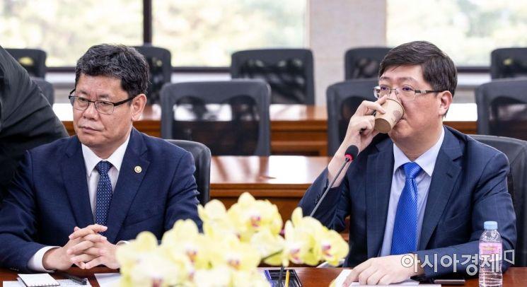 [포토]물 마시는 김홍걸 민화협 대표상임의장