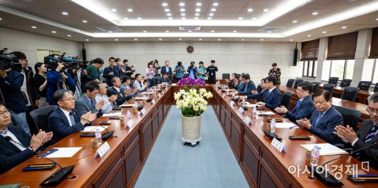 [포토]박수치는 김연철 통일부 장관