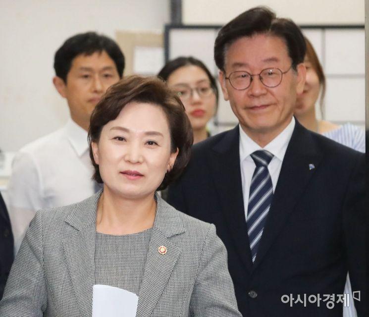 [포토] 밝은 모습의 김현미 국토부 장관