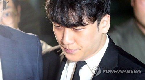 구속영장이 기각된 가수 승리가 14일 밤 서울 중랑경찰서를 나서고 있다/사진=연합뉴스