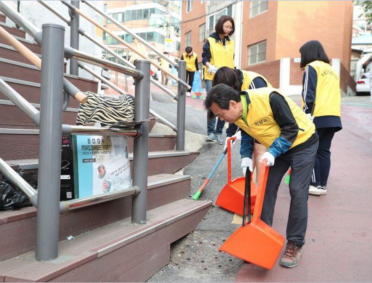 박겸수 강북구청장이 13일 미양고등학교 자율청소봉사단 발대식 후 학교 앞 청소를 하고 있다.