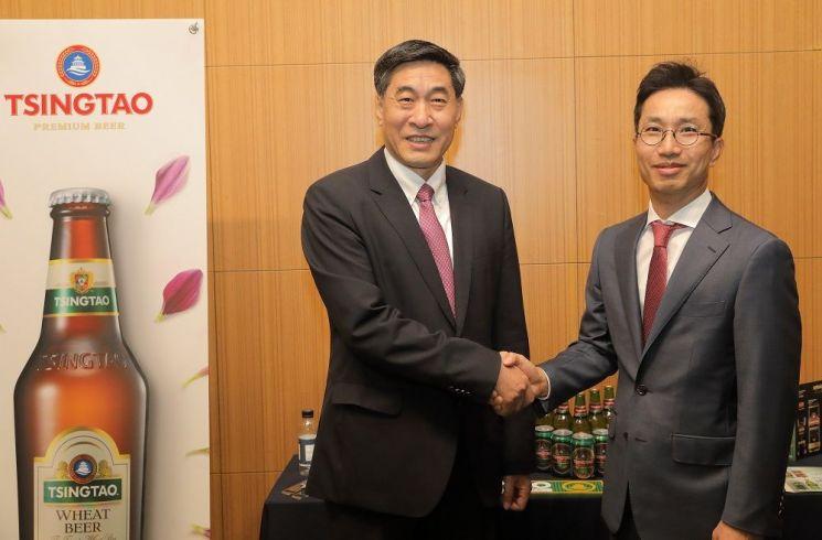 칭따오맥주유한공사 황커싱 회장(왼쪽)과 비어케이 이영석 대표이사가 지난 14일 '상호 협력을 위한 업무 협약' 체결 후 기념 사진을 촬영하고 있다.