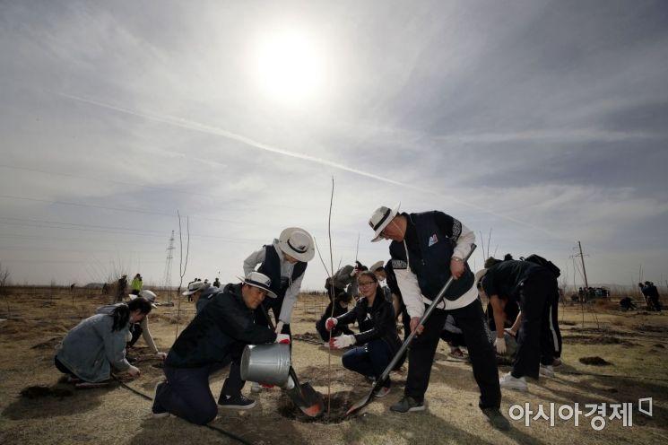[포토] 대한항공, 몽골 사막화 지역에 나무 심기 봉사활동