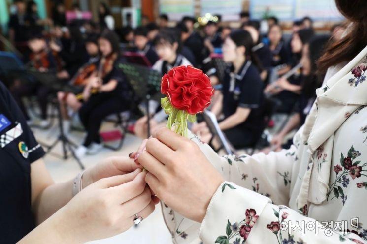15일 경기도 안양시 범계중학교에서 열린 2019 우리 함께해요 스승의 날 행사에서 대표 학생이 선생님에게 꽃을 전달하고 있다. /문호남 기자 munonam@