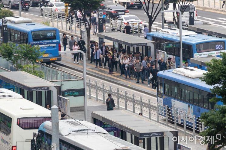 [포토]버스 기다리는 시민들