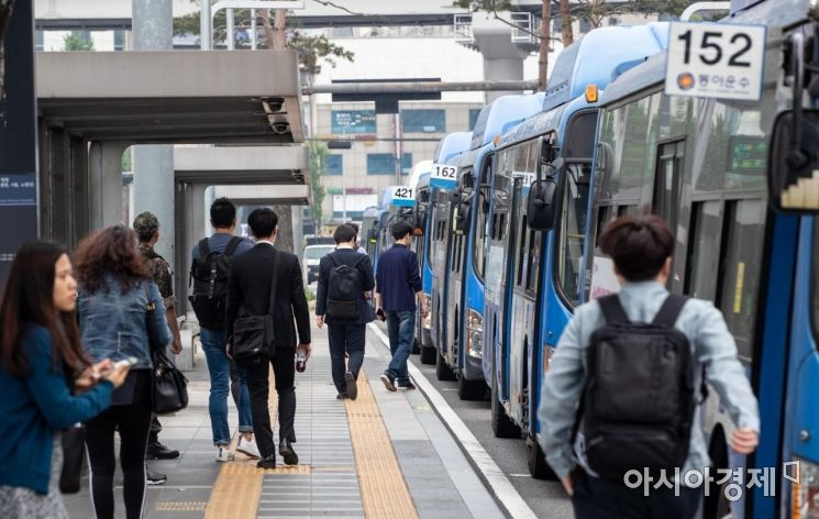 서울 시내버스 노사가 마라톤 협상 끝에 파업 결정을 철회한 15일 서울 중구 서울역버스환승센터 주변에서 버스가 정상 운행하고 있다./강진형 기자aymsdream@
