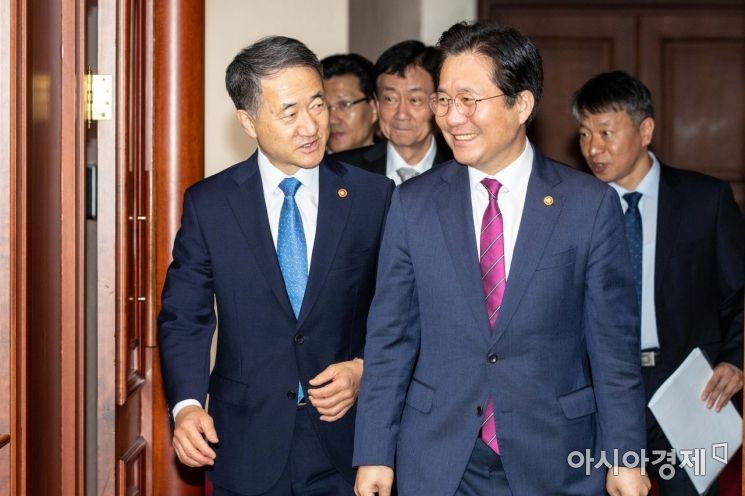 [포토]의견 나누는 박능후 장관-성윤모 장관