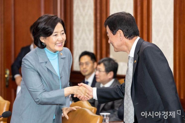 [포토]악수하는 박영선 장관-진영 장관
