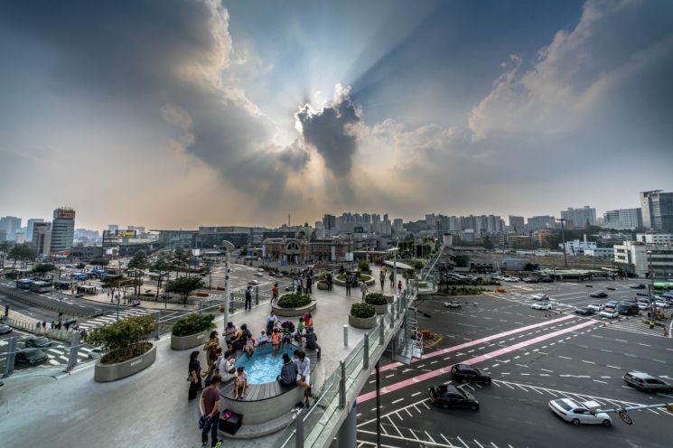개장 2주년 맞은 '서울로 7017' 1670만명 방문…일 평균 2만명 찾아