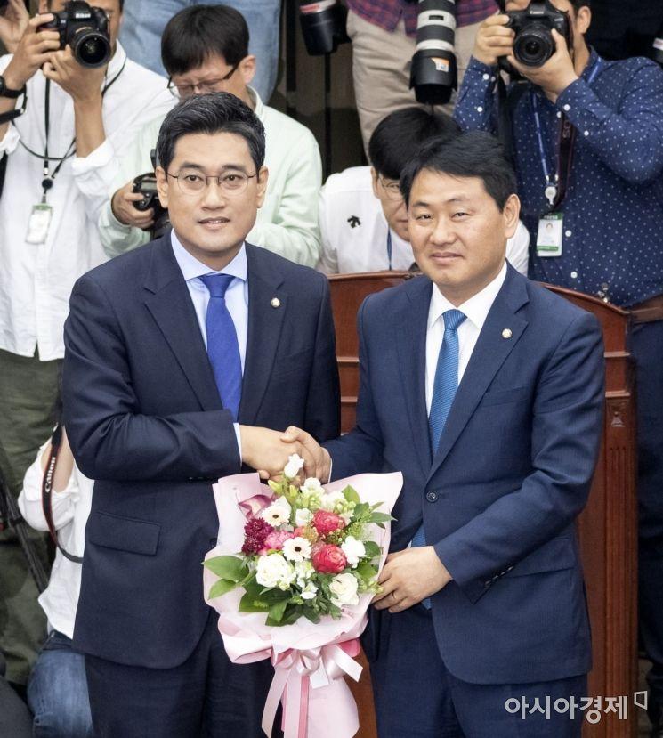 15일 바른미래당 원내대표로 선출된 오신환 후보가 김관영 전 원내대표에게 꽃다발을 받고 있다./윤동주 기자 doso7@