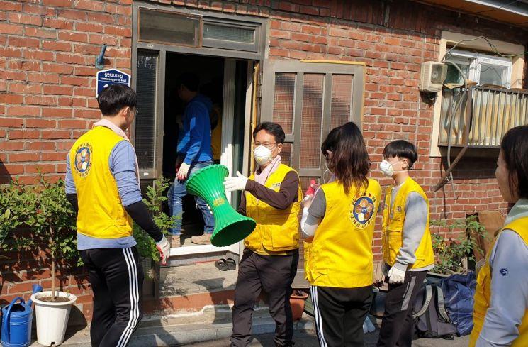 성북구 삼선동 장수마을에서 성북구(삼선동), 한국 해비타트, 국세청 집수리봉사단이 함께 지역 저소득 가정(홀몸어르신) 집수리 봉사를 하고 있다.