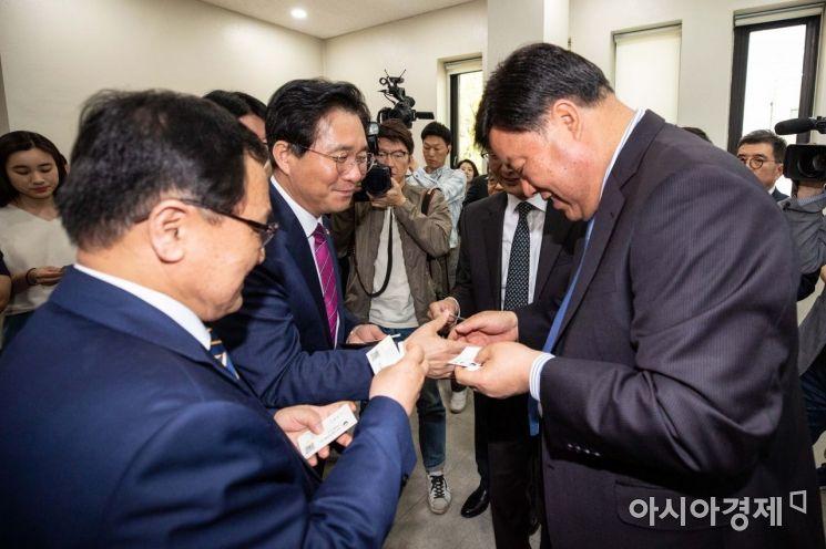 [포토]서정진 회장과 인사하는 성윤모 장관-유영민 장관
