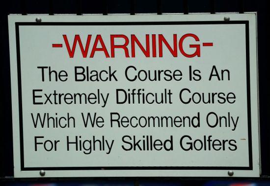 """PGA챔피언십의 격전지 베스페이지블랙골프장 1번홀에는 """"아주 어려운 코스이니 상급자만 이용하기 바랍니다""""라는 경고판이 붙어 있다."""