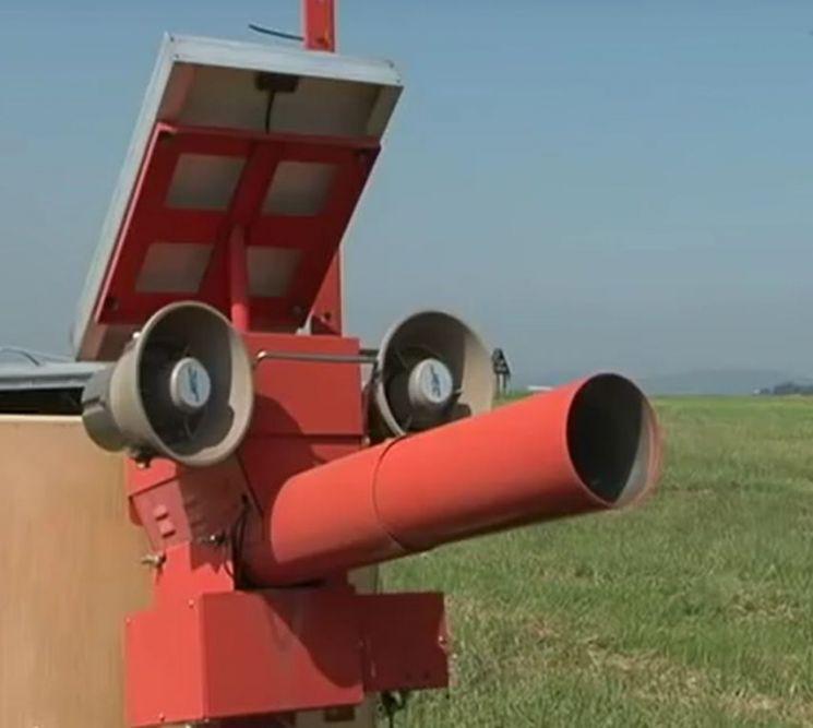 폭음이나 육식조류인 매의 소리 등을 퍼뜨려 새들을 쫓는 확성기의 모습(사진=공군 홈페이지/www.airforce.mil.kr)