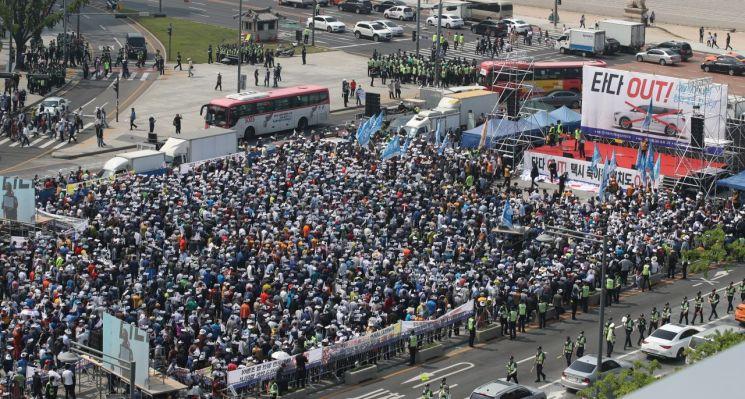 서울개인택시운송사업조합 소속 택시기사들이 지난 15일 오후 서울 종로구 광화문 광장에서 '타다 퇴출' 집회를 하고 있다. [이미지출처=연합뉴스]