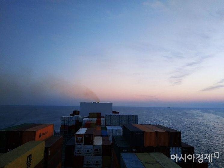 지난 10일 제주도 남부 해상에서 운항 중인 HMM블레싱호. 선박의 연통부분에서 배기가스가 배출되고 있다. 사진=유제훈 기자 kalamal@