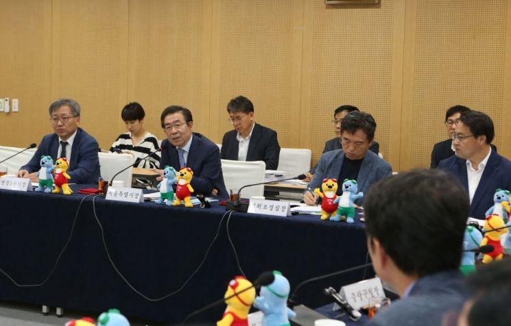 박원순 시장(왼쪽 두번쨰)가 17일 열린 서울시구청장협의회에서 구청장들과 소통을 강화하겠다는 등의 발언을 하고 있다.