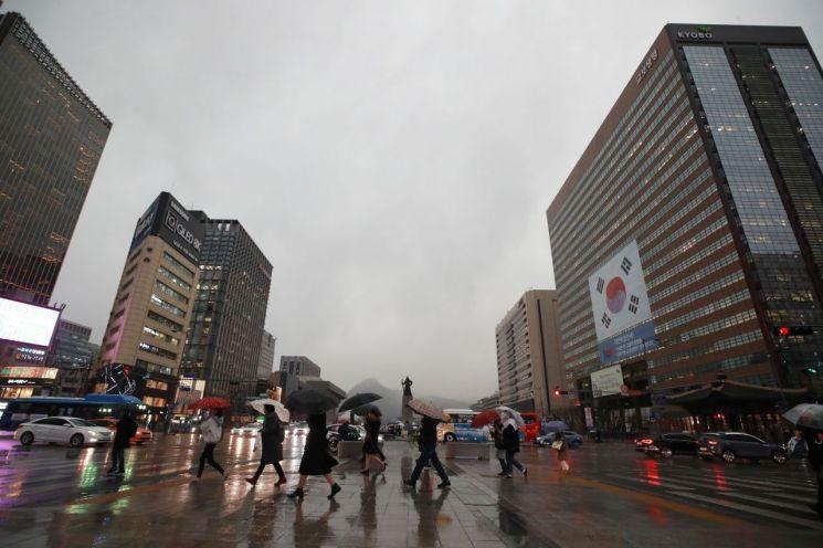 비가 내린 지난 3월15일 오후 서울 광화문역 인근에서 시민들이 길을 건너고 있다. / 사진=연합뉴스