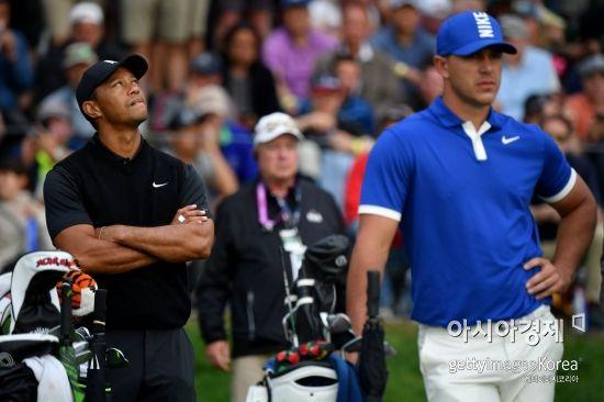 타이거 우즈(왼쪽)와 브룩스 켑카가 PGA챔피언십 둘째날 17번홀 티잉 그라운드에서 생각에 잠겨 있다. 파밍데일(美 뉴욕주)=Getty images/멀티비츠