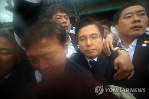 자유한국당 황교안 대표가 광주 국립5·18민주묘지에서 행사장으로 입장 하던 중 시민단체 회원들로부터 항의를 받고 있다. / 사진 = 연합뉴스