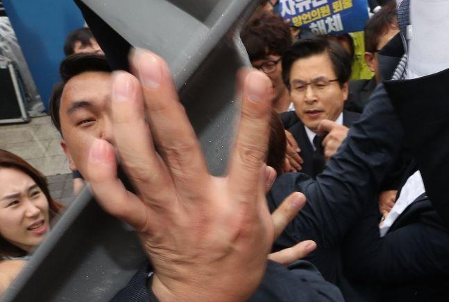 황교안 대표에게 의자를 집어 던지려는 시민 / 사진 = 연합뉴스