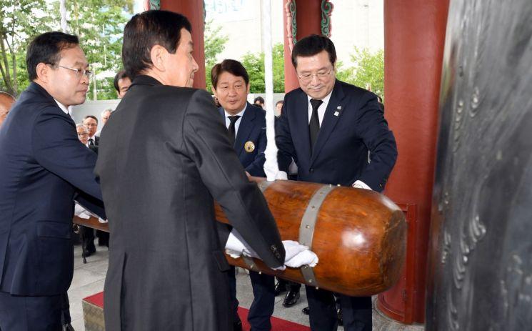 [포토] '민주의 종 타종식' 참석한 이용섭 광주광역시장