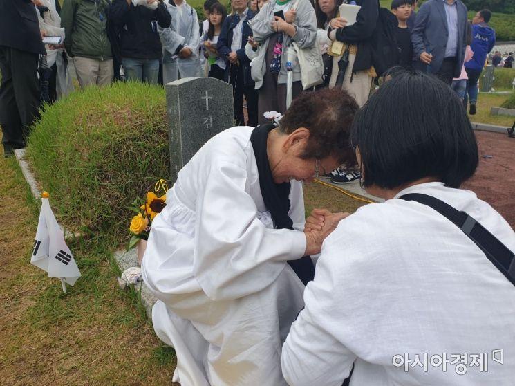 임금단(88) 할머니가 5.18 묘역에서 오열하고 있다. (사진=전진영 기자)