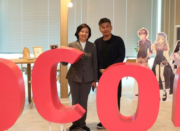 박영선 중소벤처기업부 장관(왼쪽)과 천양현 코코네 회장이 지난 17일 일본 도쿄 롯폰기에 있는 코코네 본사에서 만나 기념촬영을 하고 있다.