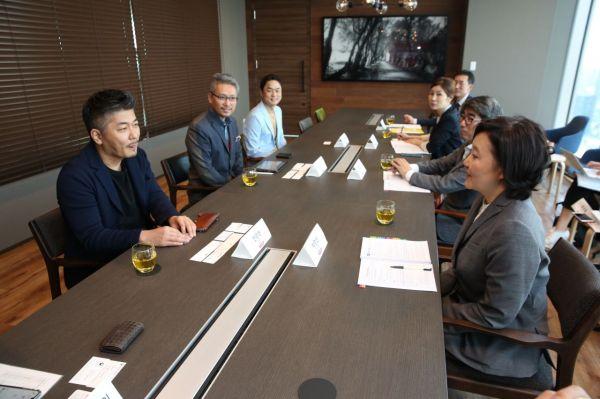 박영선 중소벤처기업부 장관(오른쪽 맨 아래)이 지난 17일 일본 도쿄 롯폰기에 있는 코코네를 방문해 천양현 회장(왼쪽 맨 아래) 등과 간담회를 하고 있다.