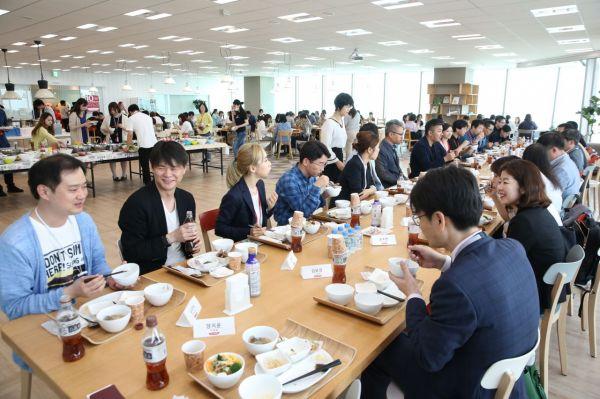 지난 17일 일본 도쿄 롯폰기에 있는 코코네 본사 식당에서 박영선 중소벤처기업부 장관을 포함한 중기부 관계자들과 천양현 회장 등 코코네 임직원들이 모여 오찬을 하고 있다.