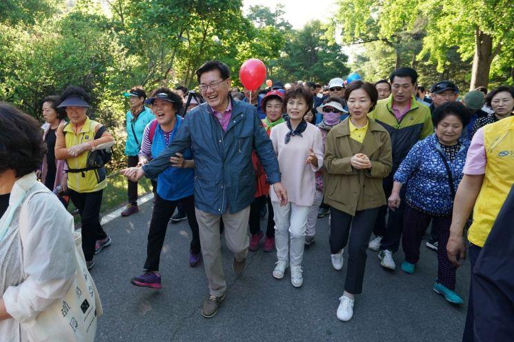 '2019 구민 한마음 걷기대회'에서 유덕열 동대문구청장이 주민과 함께 홍릉숲을 걷고 있다.