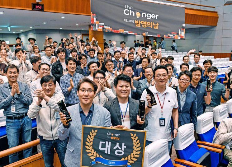 현대기아차가 지난 17일 남양연구소에서 2019 발명의 날 행사를 개최했다. 수상자들이 기념 촬영을 하고 있다./사진=현대기아차