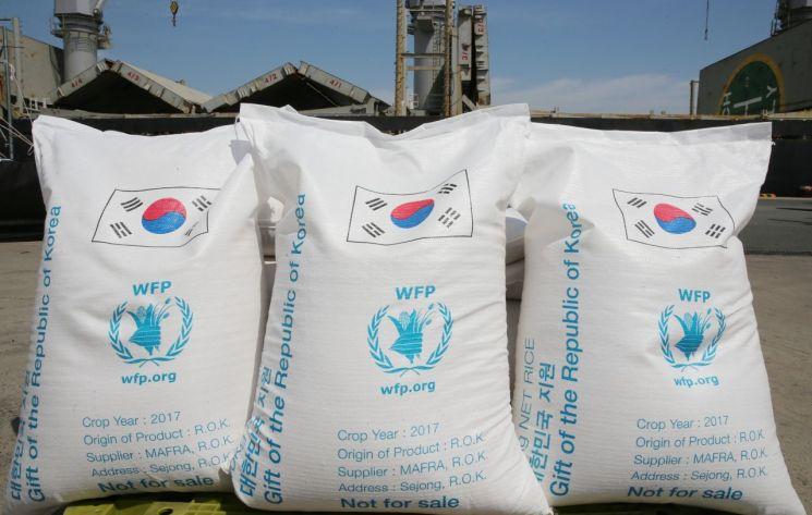 10일 전남 목포항 부두 선착장에서 열린 'WFP(세계식량계획) 쌀 5만톤 원조 출항' 기념식에서 우리 쌀 점보백이 선적을 기다리고 있다. 이날 출항하는 쌀은 다음 달 예멘 아덴 항구에 도착해 하역할 예정이다. <사진=농림축산식품부 제공>