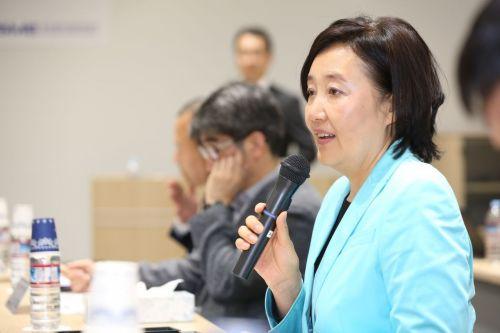 박영선 중소벤처기업부 장관이 지난 18일 오전 일본 도쿄 소재 수출인큐베이터(BI)를 방문해 운영시설을 돌아본 뒤 입주기업 및 졸업기업 관계자 등과 간담회를 하고 있다.