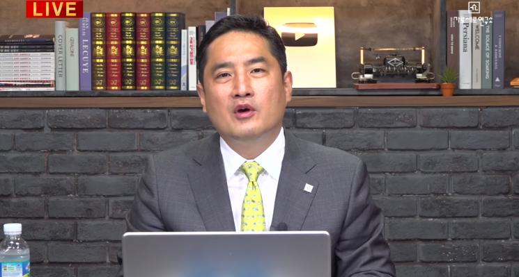 '가로세로연구소' 방송을 통해 현 소송에 대해 설명하는 강용석 변호사 / 사진 = '가로세로연구소' 유튜브 영상 캡처