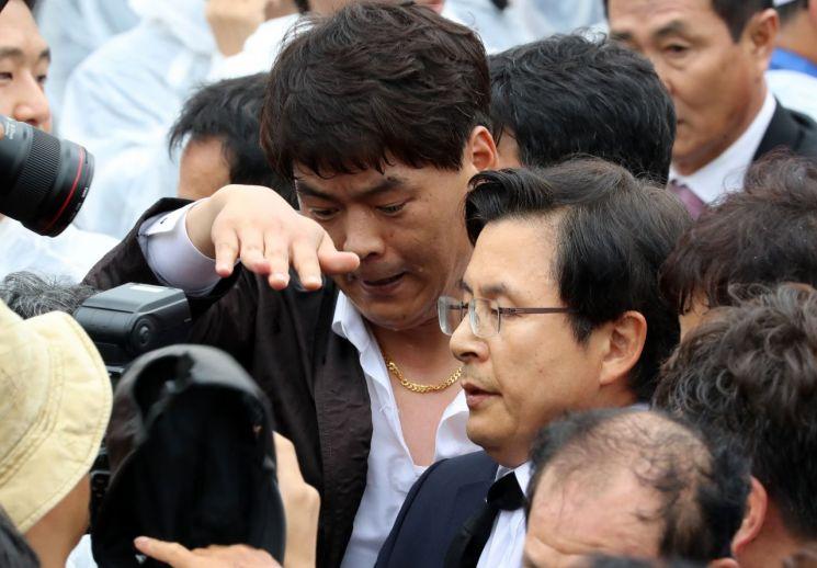 황교안 자유한국당 대표가 18일 오전 광주 북구 국립 5·18민주묘지에서 열린 제39주년 5·18민주화운동 기념식에 참석 하는 길에 시민들의 항의를 받았다.  사진=연합뉴스