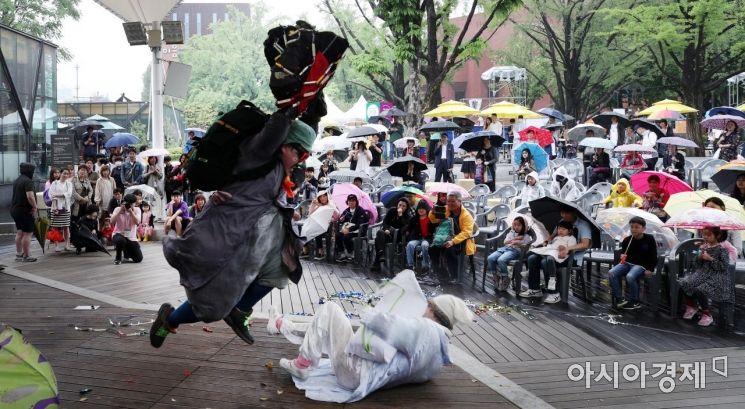 [포토] 우산쓰고 보는 거리공연축제