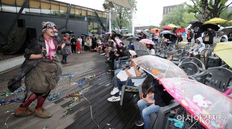[포토] '비가 와도 공연은 계속된다'