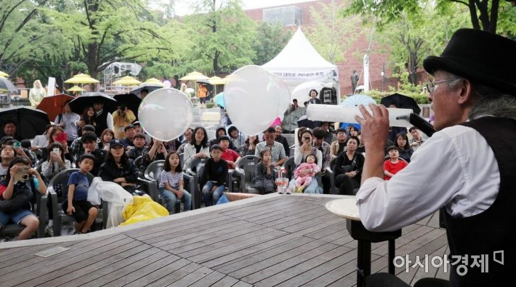 [포토] 거리공연축제서 즐기는 버블 마임