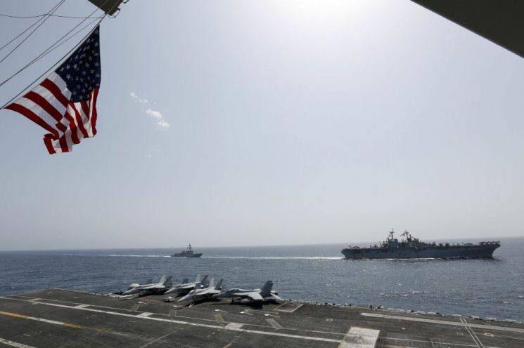 17일(현지시간) 키어사지 강습상륙함 부대와 공동훈련 중인 니미츠급 항공모함 에이브러햄 링컨호의 모습(사진=미 해군 홈페이지/www.navy.mil)