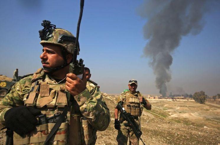 지난 2017년 IS와의 전면전에서 모술시를 탈환한 이라크군의 모습. IS 토벌전 초기 이라크군은 오합지졸의 대명사로 알려졌으나 미군의 무기 공여 및 훈련, 정예부대 창설 등을 통해 현재는 중동 내의 강군으로 평가받고 있다.(사진=AFP연합뉴스)