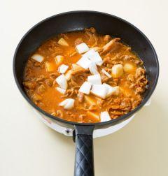 4. 돼지고기와 감자가 어느 정도 익으면 양파를 넣어 3분 정도 더 끓인 다음 대파를 넣고 한소끔 더 끓인다.