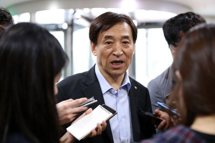 이주열 한국은행 총재가 기자들의 질문에 답하고 있다.(사진제공 : 한국은행)