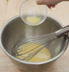 1. 볼에 달걀과 우유 1/2컵, 바닐라 오일, 녹인 버터를 넣고 잘 섞는다.