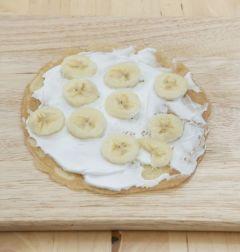 6. 크레페 위에 생크림을 고루 펴 바른 후 과일을 올리고 다시 크레페를 올린다. 같은 방법으로 2~3회 반복하여 켜켜이 쌓아 먹기 좋은 크기로 잘라 접시에 담는다.