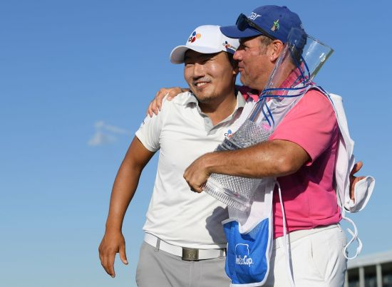 강성훈(왼쪽)이 AT&T바이런넬슨 우승 직후 캐디와 함께 기쁨을 나누고 있다.