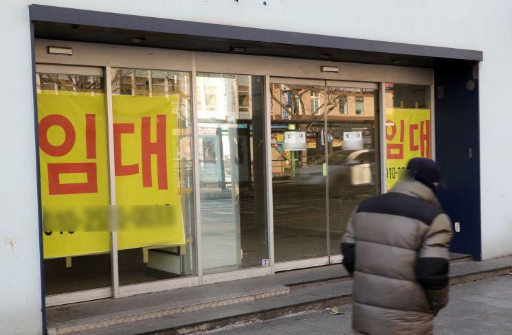 서울 종로 번화가의 일부 빈 상점에 임대를 알리는 안내문이 부착되어 있다.(자료사진) [이미지출처=연합뉴스]