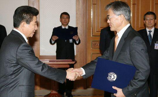 2007년 3월12일 노무현 대통령이 청와대에서 당시 문재인 신임 청와대 비서실장에게 임명장을 수여한 뒤 악수하고 있다.사진=연합뉴스
